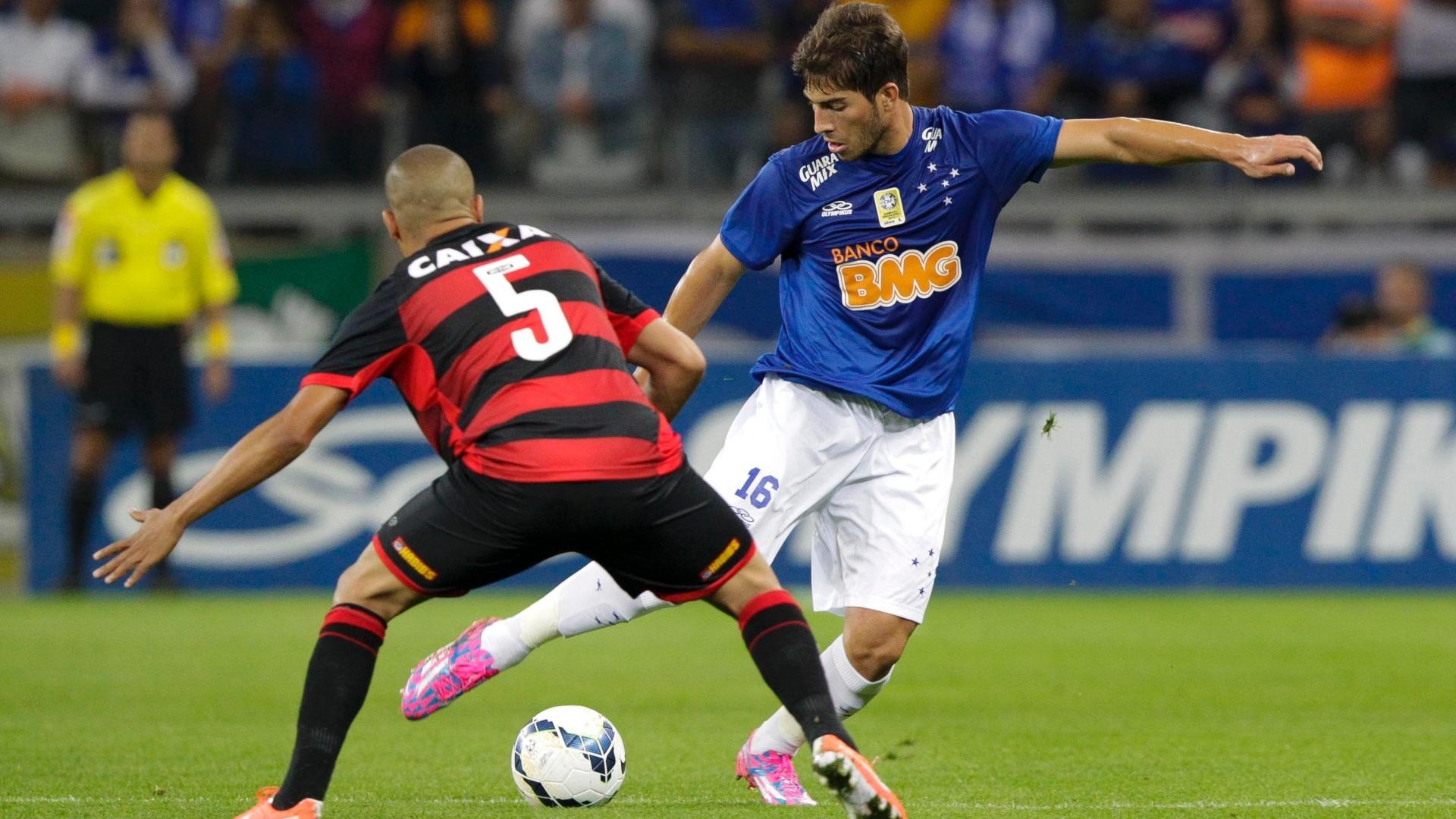 Lucas Silva encara a marcação do Vitória na partida do Cruzeiro pelo Brasileirão