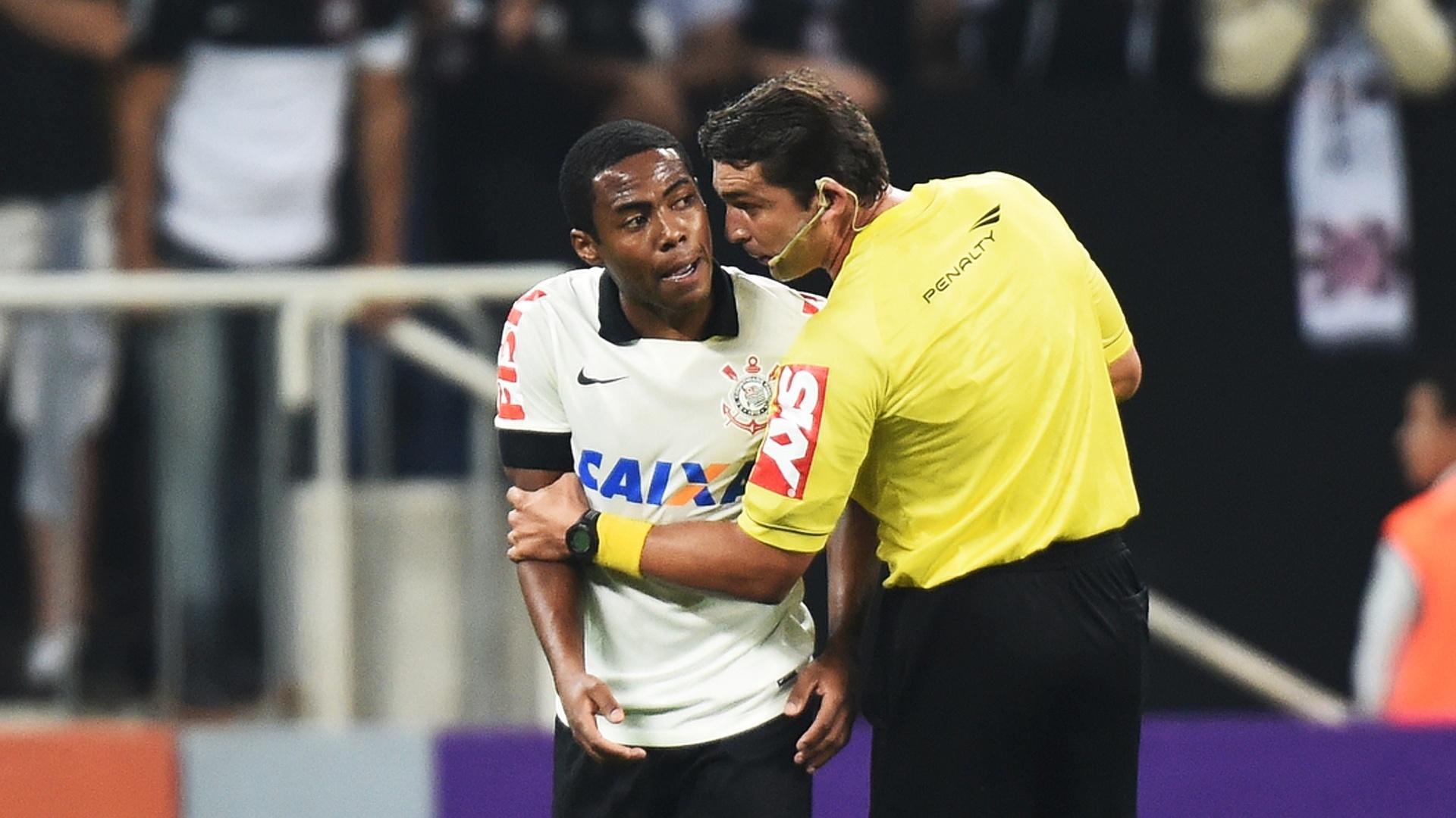 Juiz conversa com Elias durante jogo entre Corinthians e Internacional (17.jul.2014)