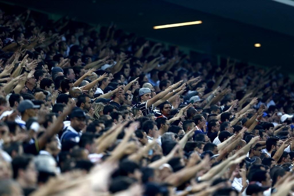Torcida do Corinthians faz festa nas arquibancadas do Itaquerão (17.jul.2014)