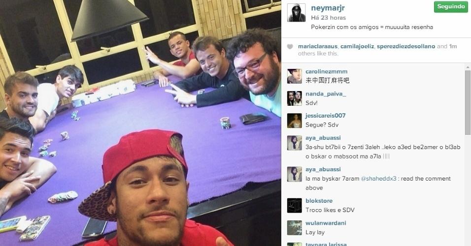 O atacante Neymar, da seleção brasileira, preferiu curtir um pôquer com seus parças