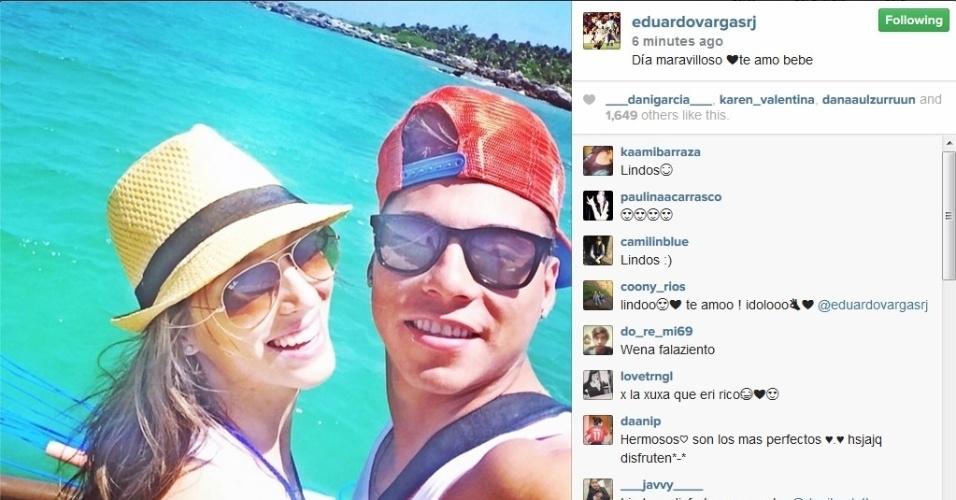 O ex-gremista Eduardo Vargas, da seleção chilena, curtiu o verão ao lado da brasileira Daniela Colett, sua namorada