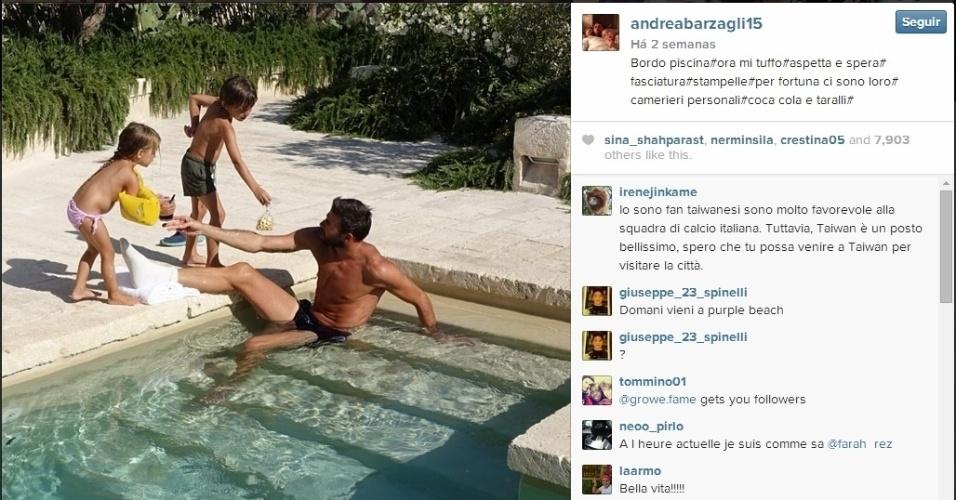 Zagueiro italiano Andrea Barzagli aproveita férias com filhos na piscina