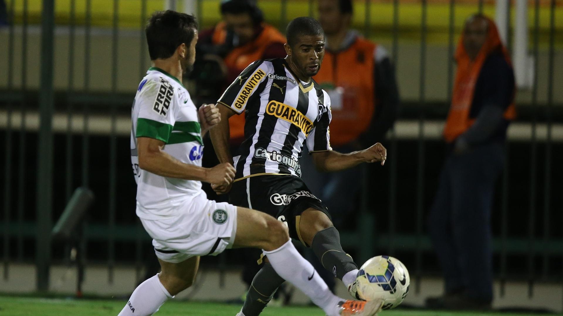 Junior Cesar, lateral esquerdo do Botafogo, tenta cruzamento durante jogo contra o Coritiba