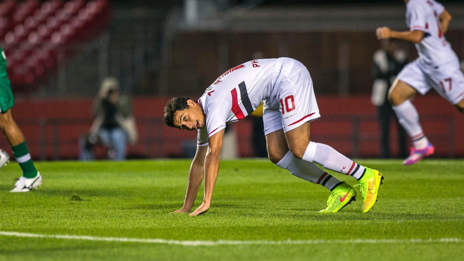 Paulo Henrique Ganso tenta se levantar durante jogo entre São Paulo e  Chapecoense no Morumbi 0c013d4e33d82