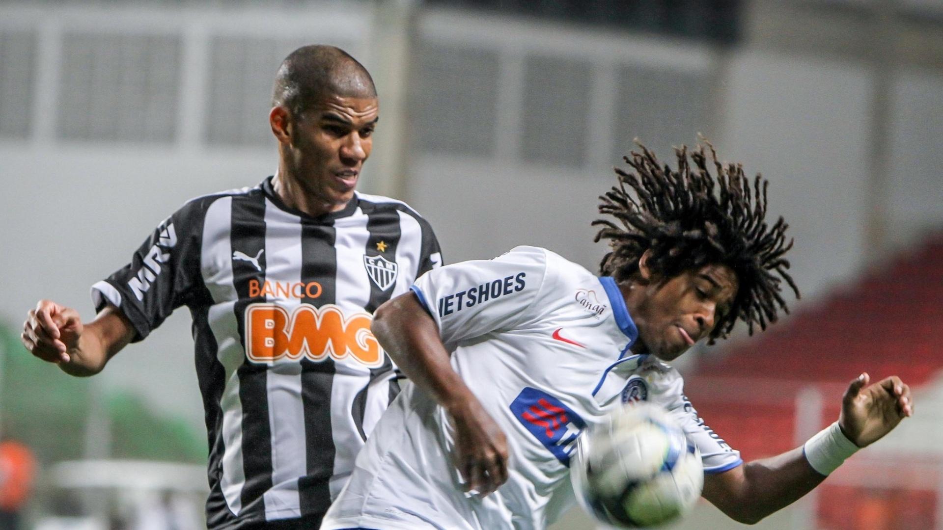 Zagueiro Leonardo Silva, do Atlético-MG, tenta roubar a bola de Barbio durante jogo contra o Bahia