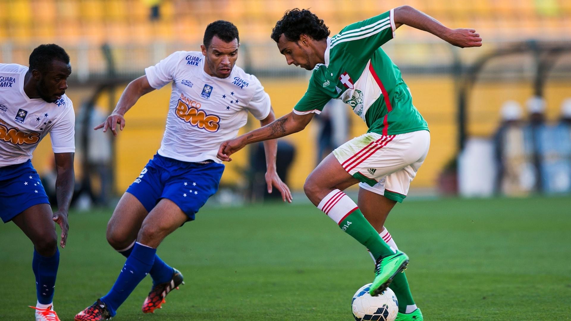 Atacante Diogo, do Palmeiras, encara a marcação do Cruzeiro em jogo no Pacaembu