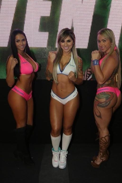 Campeã do BBB Vanessa faz pose de lutadora durante trabalho como ring girl do Jungle Fight em São Paulo, neste sábado (20/07)