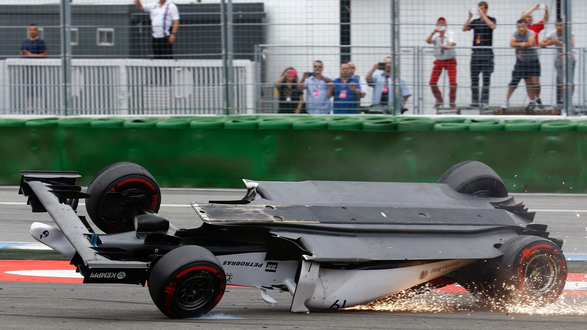 20.jul.2014 - Carro de Felipe Massa se arrasta no chão após capotar com choque no veículo de Magnussen