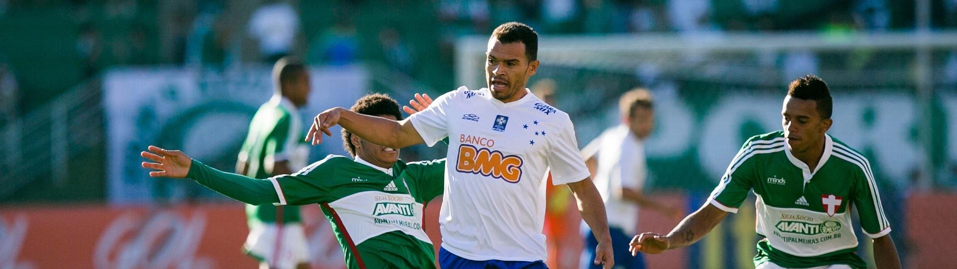 Ceará, lateral do Cruzeiro, tenta escapar da marcação de jogadores do Palmeiras em jogo no Pacaembu