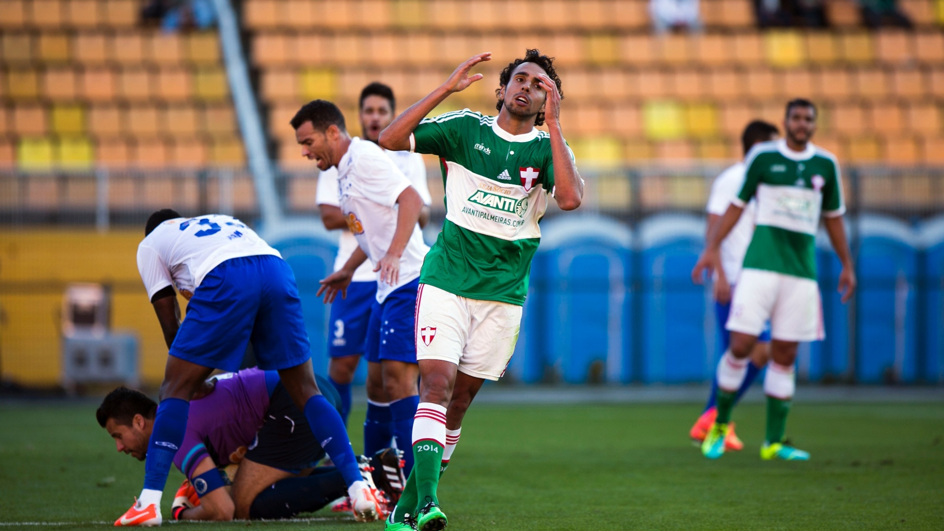 Diogo, atacante do Palmeiras, lamenta chance desperdiçada no jogo contra o Cruzeiro