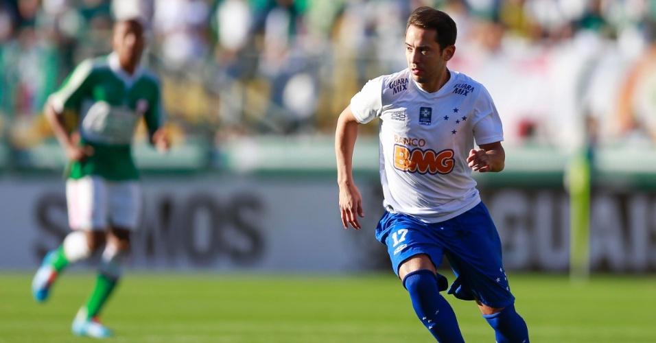 Éverton Ribeiro tenta jogada durante jogo contra o Palmeiras no Pacaembu