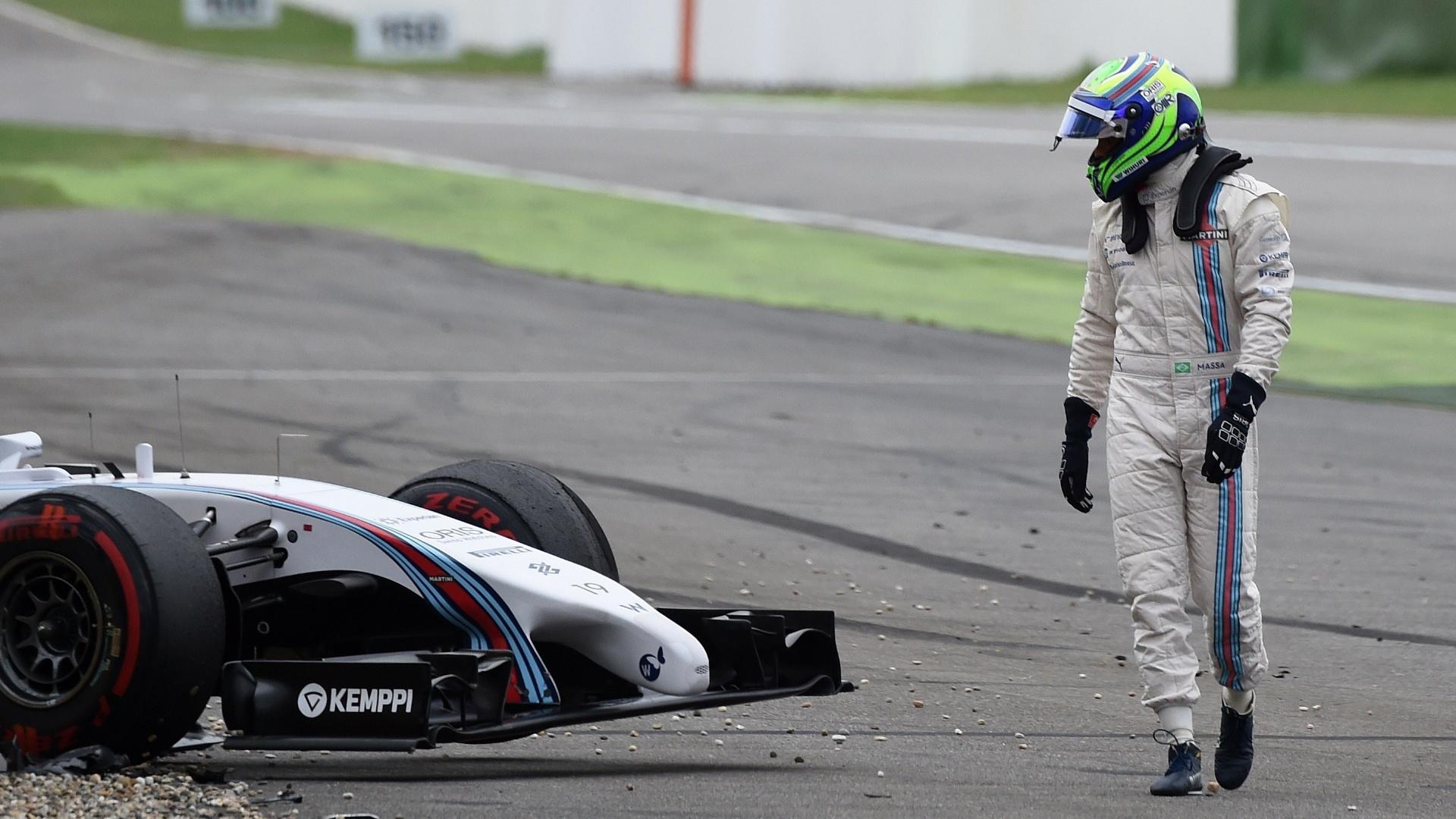 20.jul.2014 - Felipe Massa observa sua Williams depois de capotar e abandonar o GP da Alemanha na primeira volta