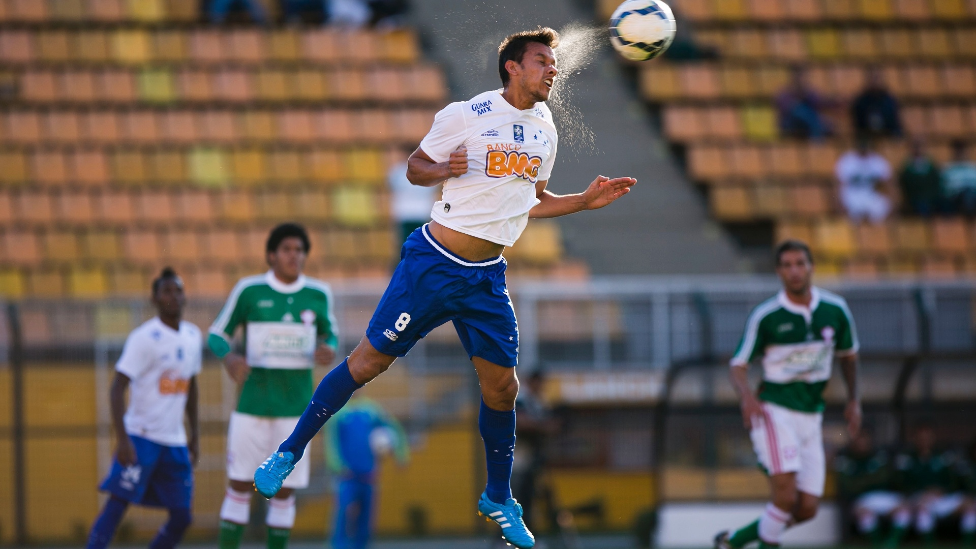 Henrique, do Cruzeiro, sobe para afastar de cabeça durante jogo contra o Palmeiras no Pacaembu