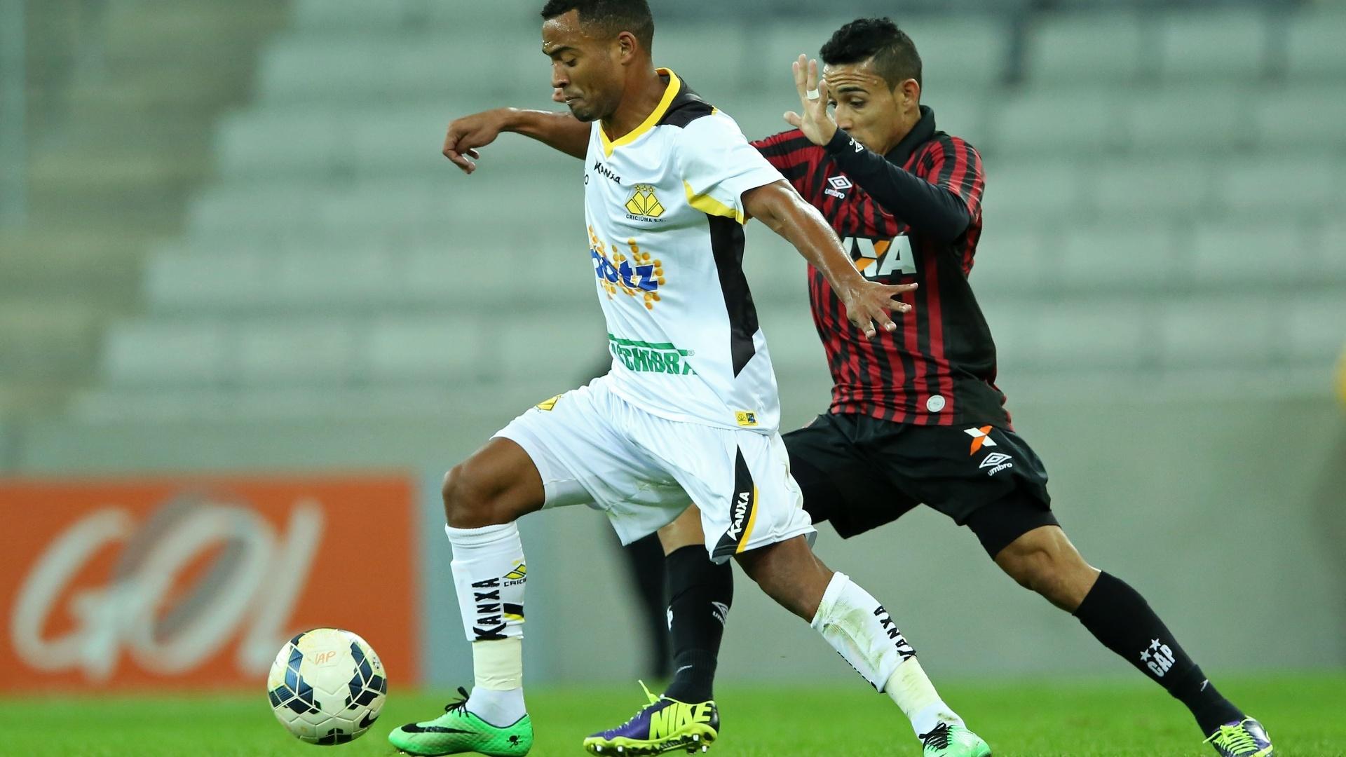 João Vitor, do Criciúma, tenta escapar da marcação de Natanael, do Atlético-PR, em jogo válido pelo Brasileiro