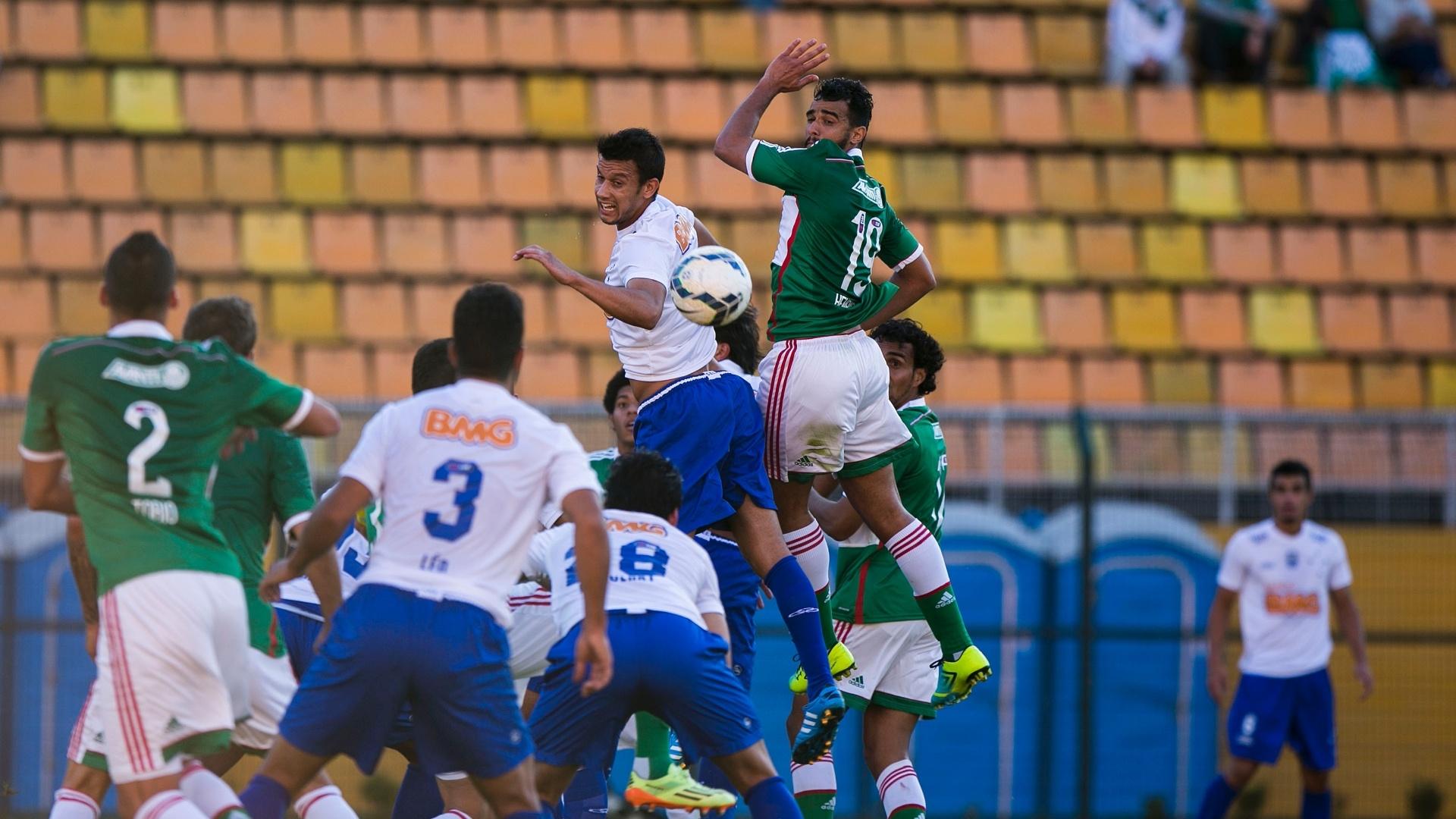 Jogadores de Palmeiras e Cruzeiro disputam lance pelo alto durante jogo no Pacaembu