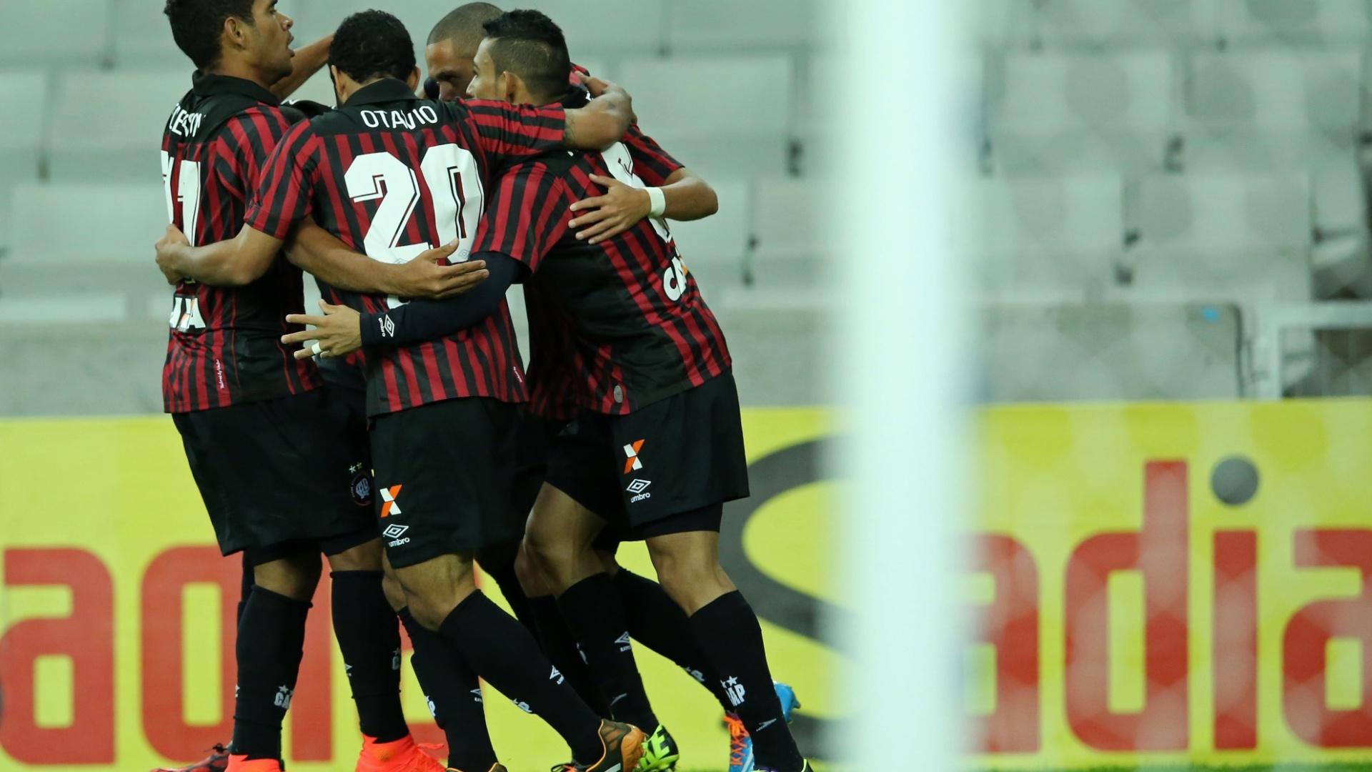 Jogadores do Atlético-PR comemoram gol de Marcelo sobre o Criciúma