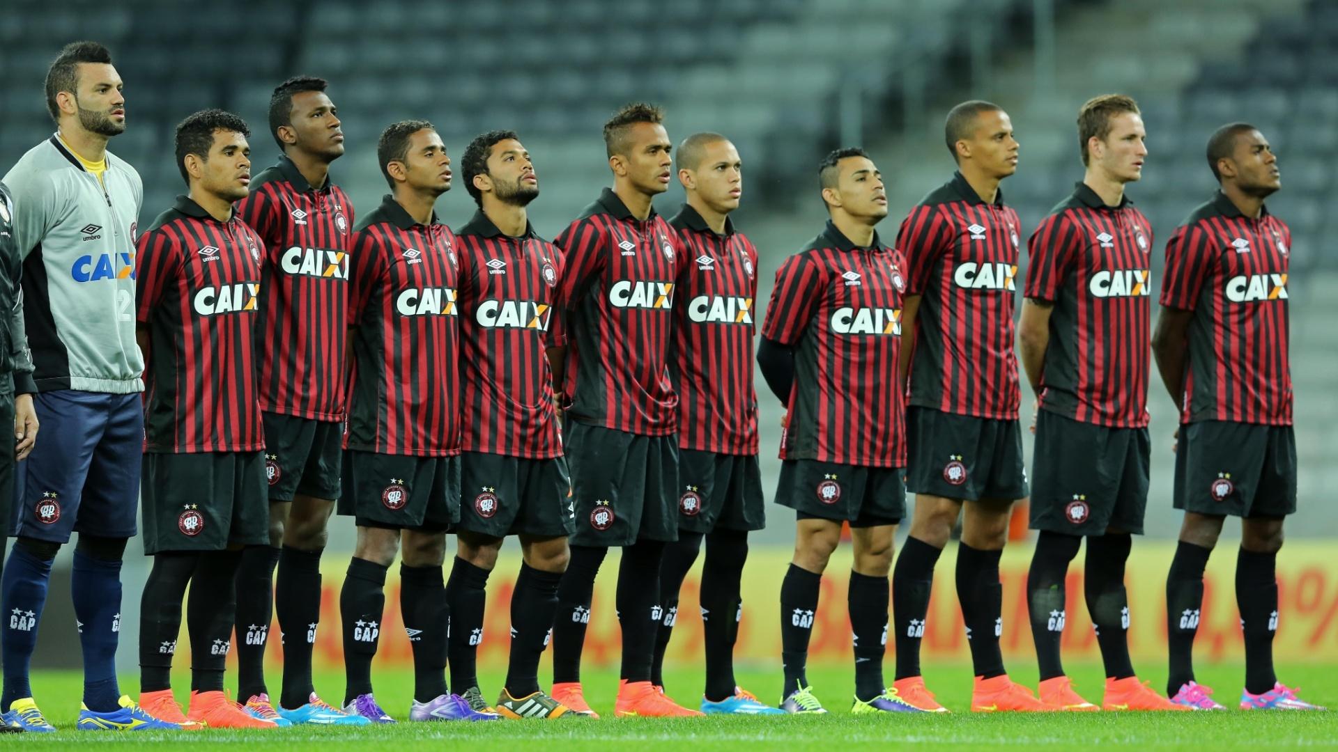 Jogadores do Atlético-PR perfilados para o hino nacional antes de jogo contra o Criciúma