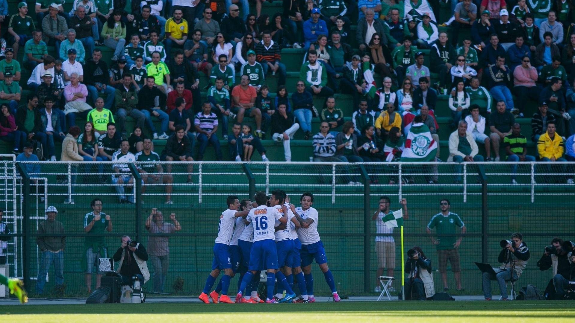 Jogadores do Cruzeiro comemoram gol contra o Palmeiras no Pacaembu
