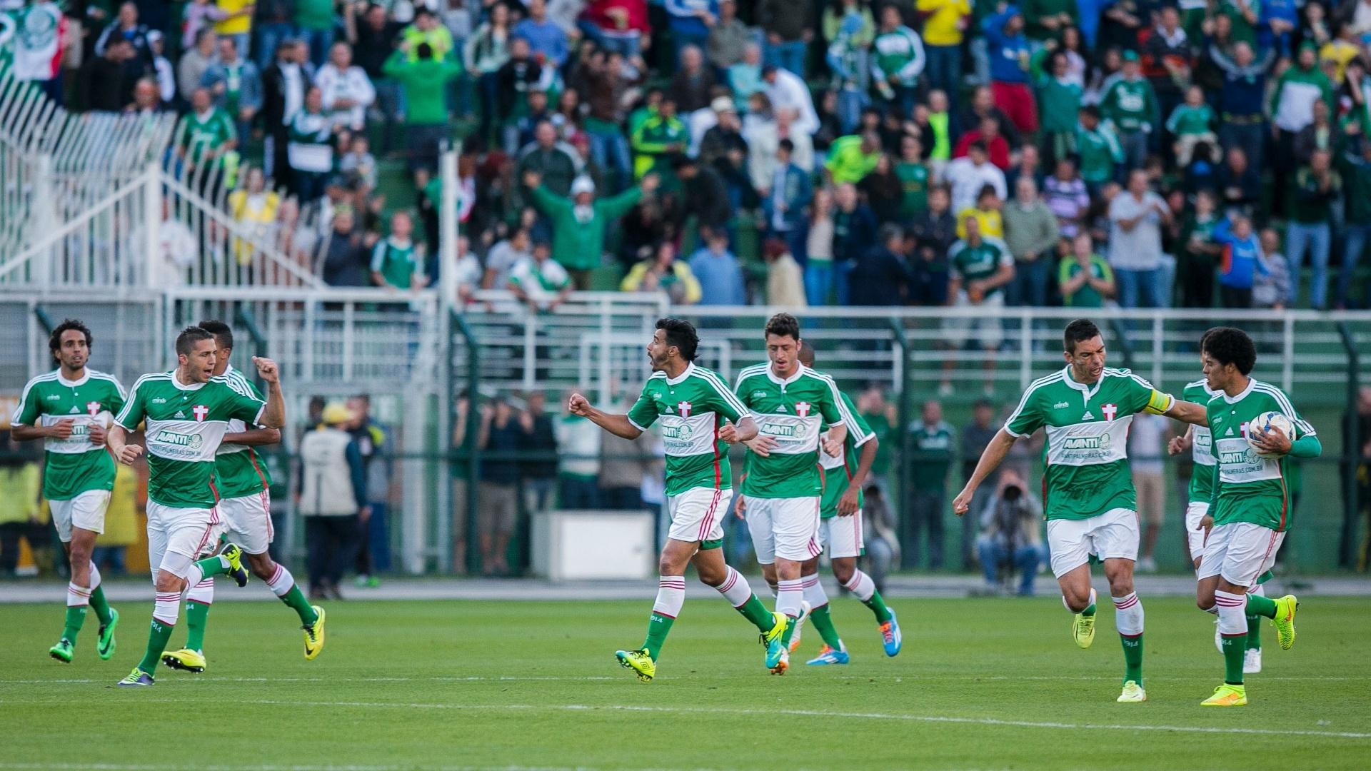 Jogadores do Palmeiras comemoram gol de Tobio contra o Cruzeiro no Pacaembu