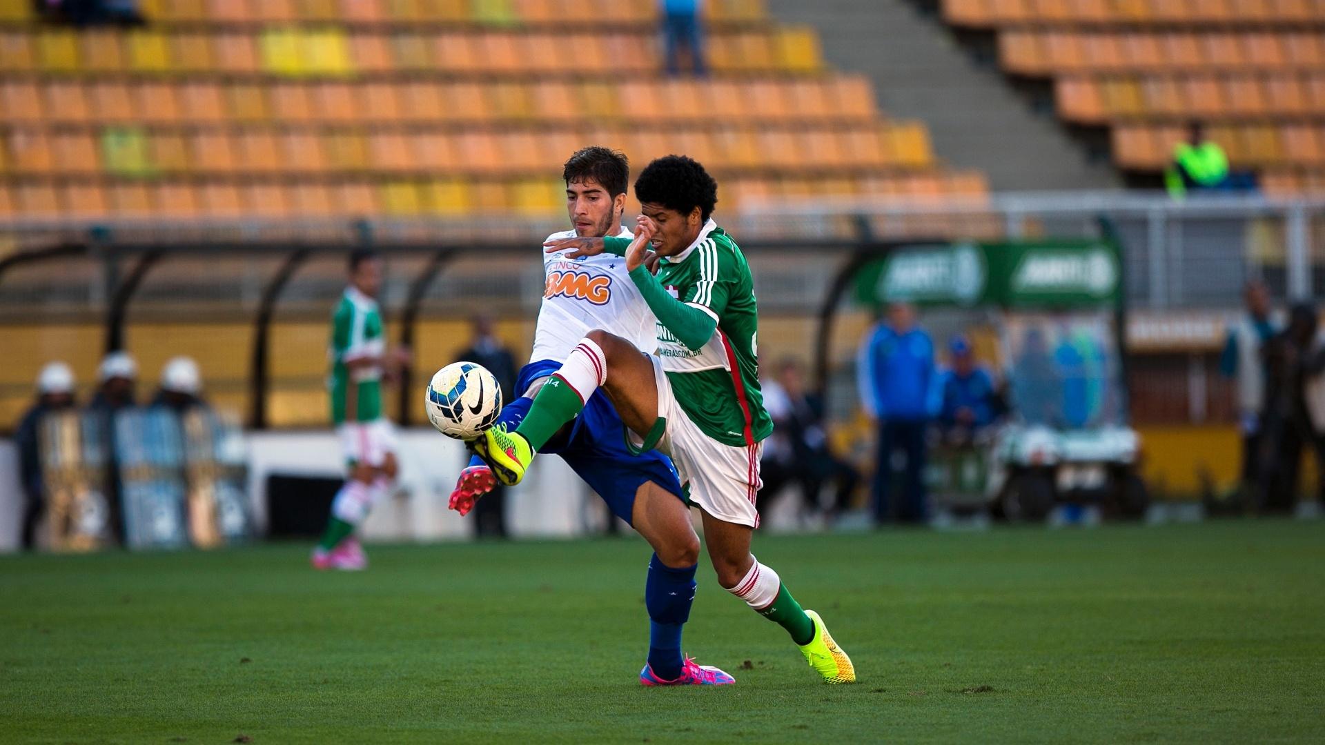 Leandro tenta vencer marcação do Cruzeiro na velocidade durante jogo pelo Brasileiro no Pacaembu