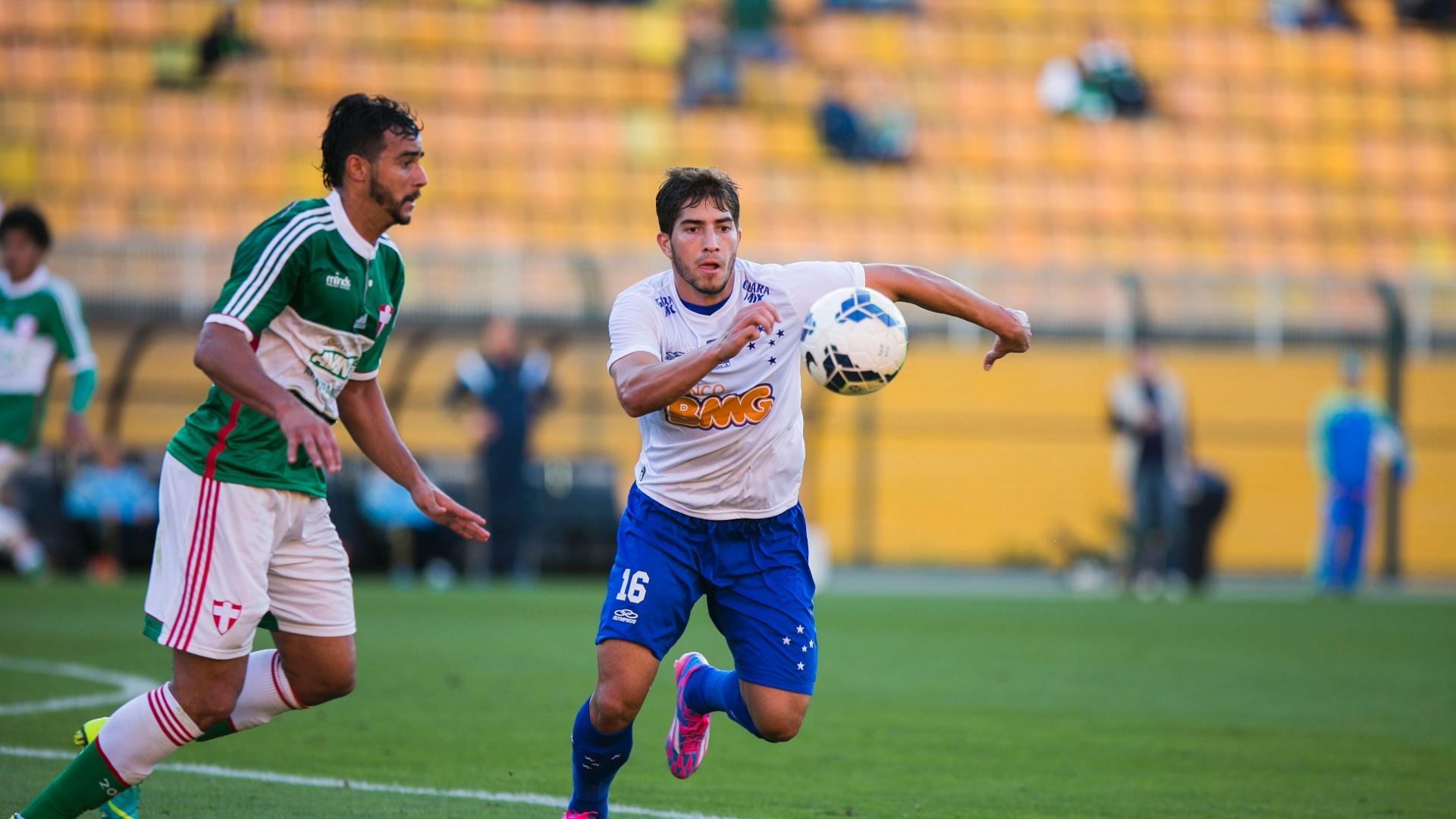 Lucas Silva, do Cruzeiro, tenta partir com a bola dominada durante jogo contra o Palmeiras no Pacaembu
