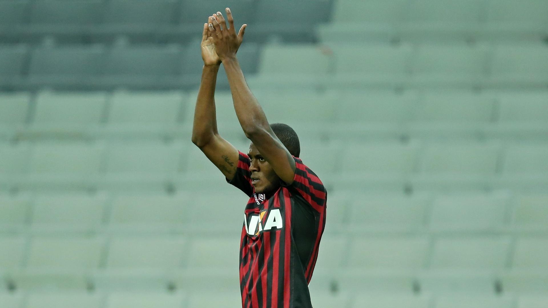 Marcelo comemora gol do Atlético-PR sobre o Criciúma em jogo válido pelo Brasileiro