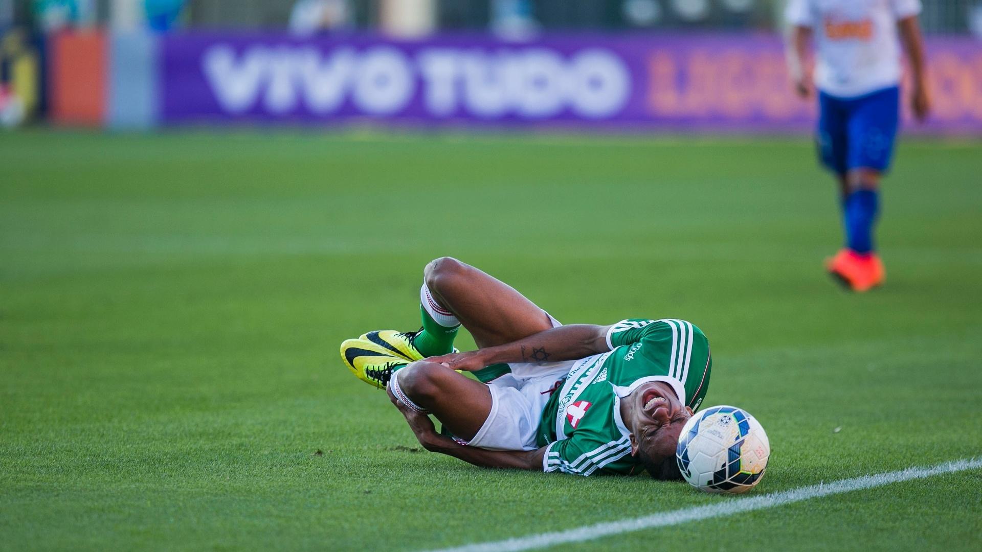 William Matheus, do Palmeiras sente dores após entrada de jogador do Cruzeiro no Pacaembu