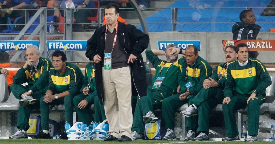 Dunga comanda o Brasil na partida da Copa do Mundo de 2010 contra a Holanda. Seleção perdeu por 2 a 1 e foi eliminada nas quartas de final do Mundial
