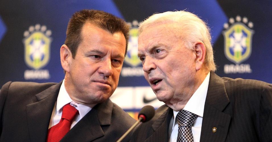 Dunga e o presidente da CBF, José Maria Marin, conversam na apresentação do treinador na CBF