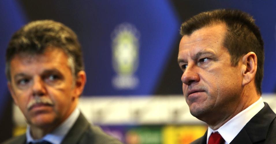 Gilmar Rinaldi, coordenador geral da CBF, observa Dunga, técnico da seleção