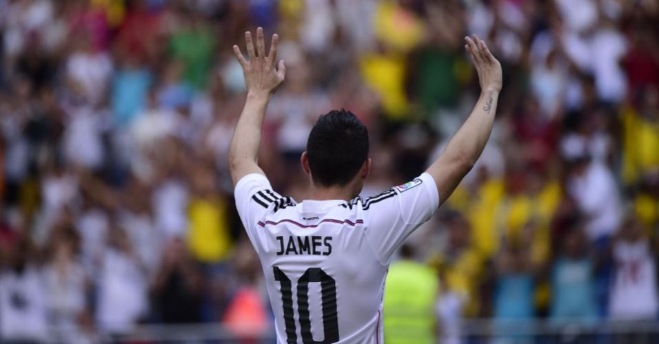 James Rodríguez acena para os 35 mil torcedores que compareceram à sua apresentação no Real Madrid