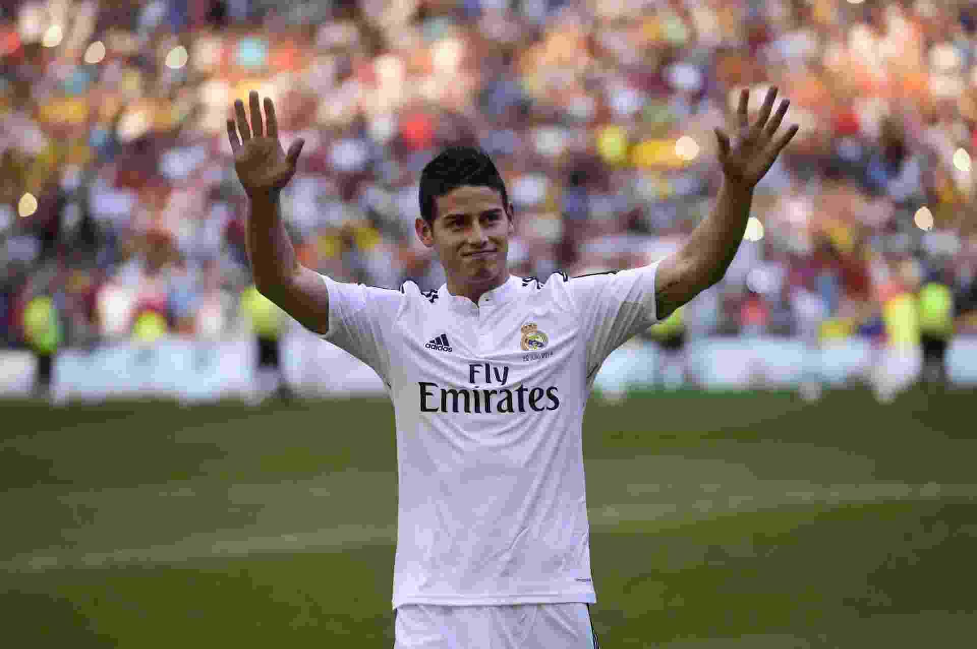 James Rodríguez veste a camisa do Real Madrid em sua apresentação no Santiago Bernabéu - Pierre-Philippe Marcou/AFP Photo
