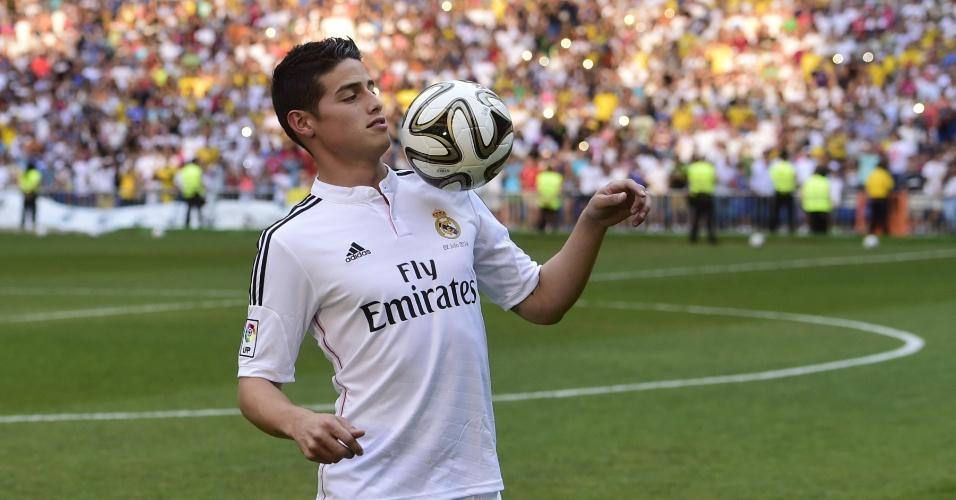James Rodríquez brinca com a bola em sua recepção no Real Madrid