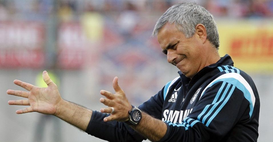 23. jul. 2014 - José Mourinho orienta time do Chelsea em amistoso contra o RZ Pellets, na Áustria
