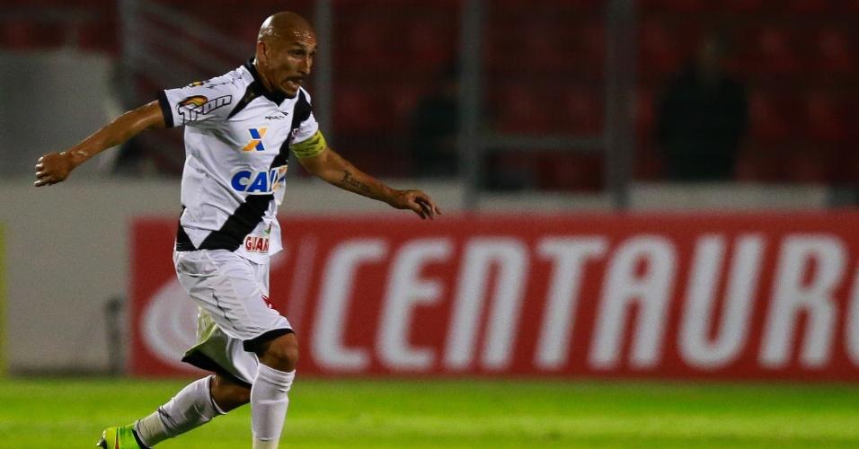Guiñazú, volante do Vasco, avança com a bola durante jogo contra a Ponte Preta pela Copa do Brasil