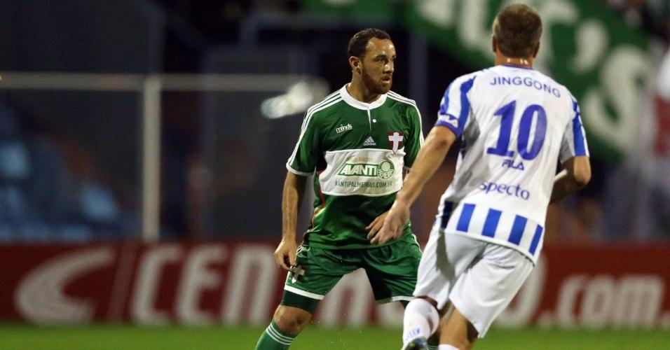 Josimar, do Palmeiras, controla a bola durante jogo contra o Avaí pela Copa do Brasil