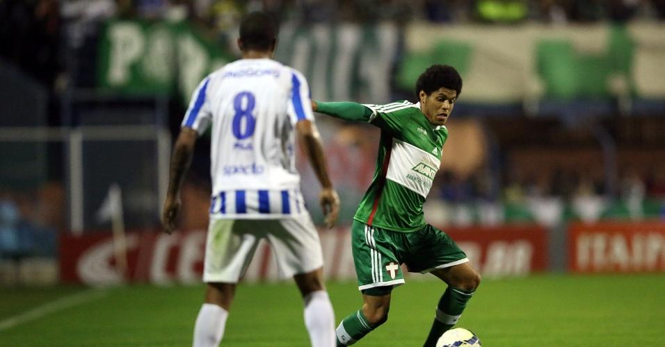 Leandro, atacante do Palmeiras, tenta domínio durante jogo contra o Avaí pela Copa do Brasil