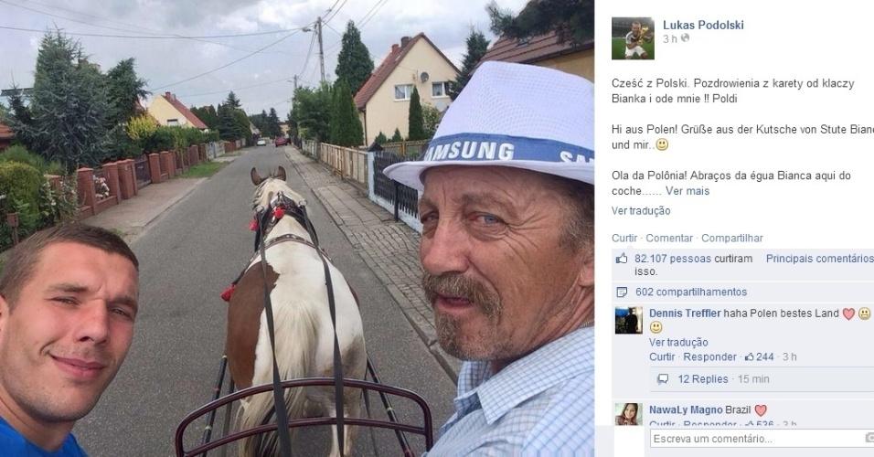 """Lukas Podolski, astro alemão e um dos mais carismático da Copa, mostra como passeou na Polônia, para onde viajou para tirar alguns dias de descanso. """"Ola da Polônia! Abraços da égua Bianca aqui do coche"""", postou ele"""