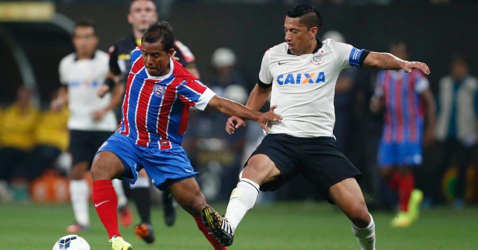 Marcos Aurélio, do Bahia, tenta escapar da marcação de Ralf durante jogo pela Copa do Brasil no Itaquerão