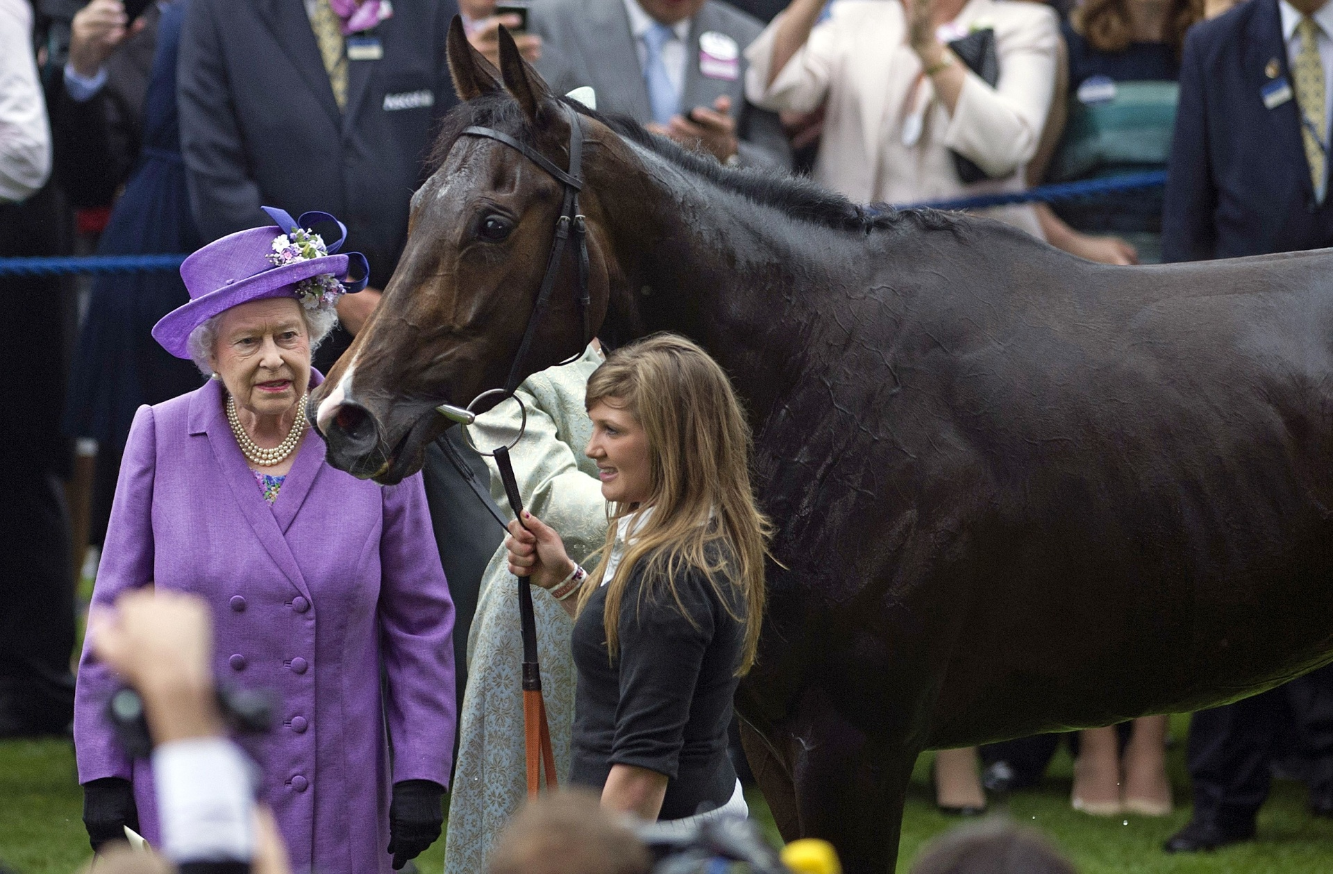 Rainha Elizabeth II, dona do cavalo Estimate, posa ao lado do animal que foi flagrado no exame antidoping por causa de morfina