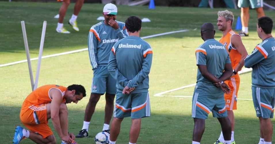 24 jul. 2014 - Fred sorri ao lado da comissão técnica do Fluminense e de Rafael Sobis; atacante volta ao clube após ganhar folga pela participação na Copa-2014