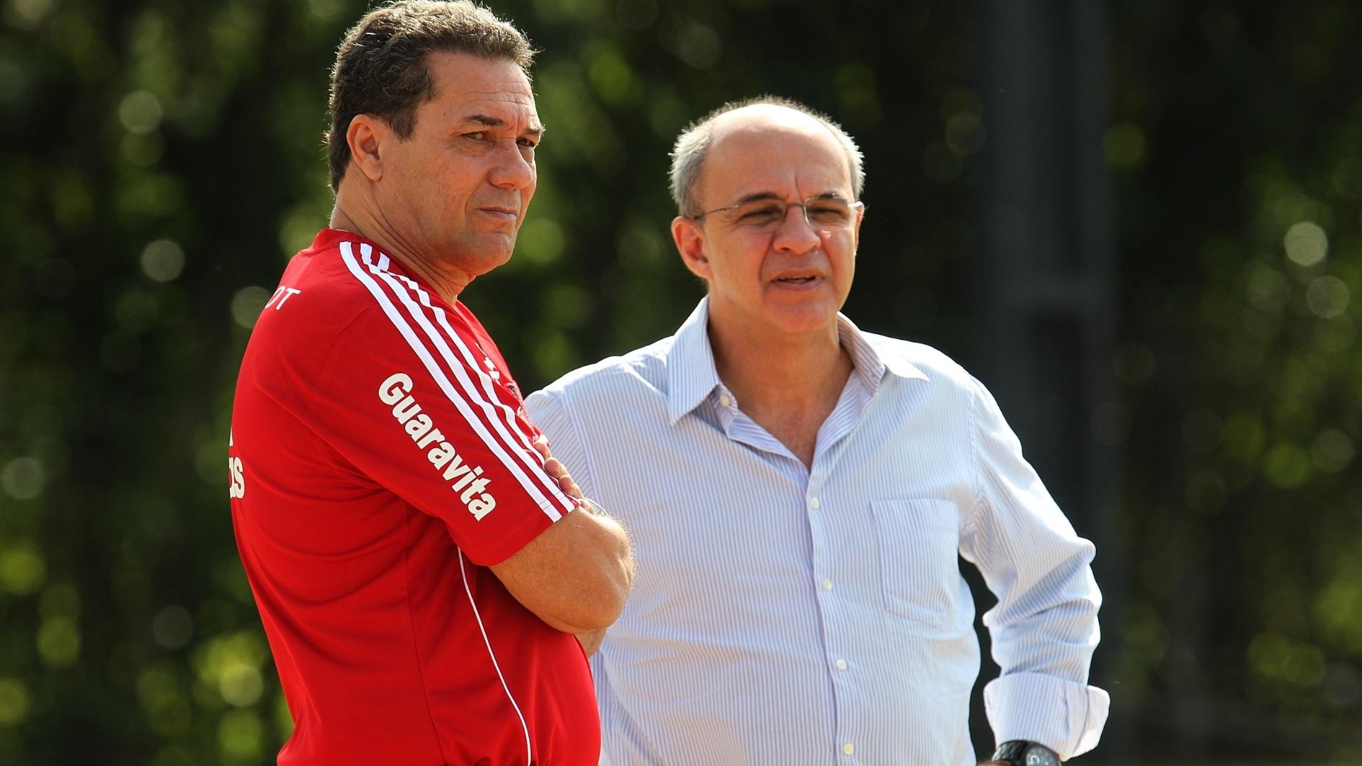 24 jul. 2014 - Luxemburgo conversa com presidente do Flamengo, Eduardo Bandeira de Mello, durante treino da equipe