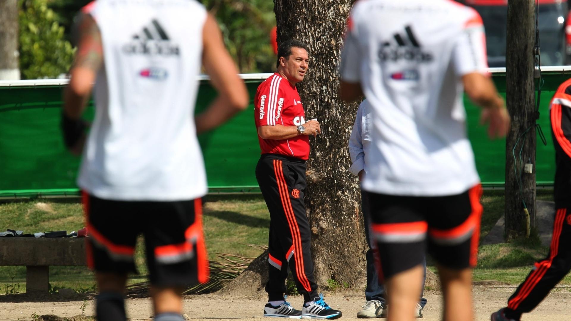 24 jul. 2014 - Luxemburgo observa movimentação dos jogadores do Flamengo durante treino no Ninho do Urubu