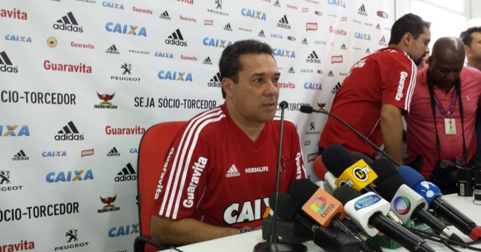 24 jul. 2014 - Vanderlei Luxemburgo conversa com jornalistas após dar primeiro treino no Flamengo, no Ninho do Urubu