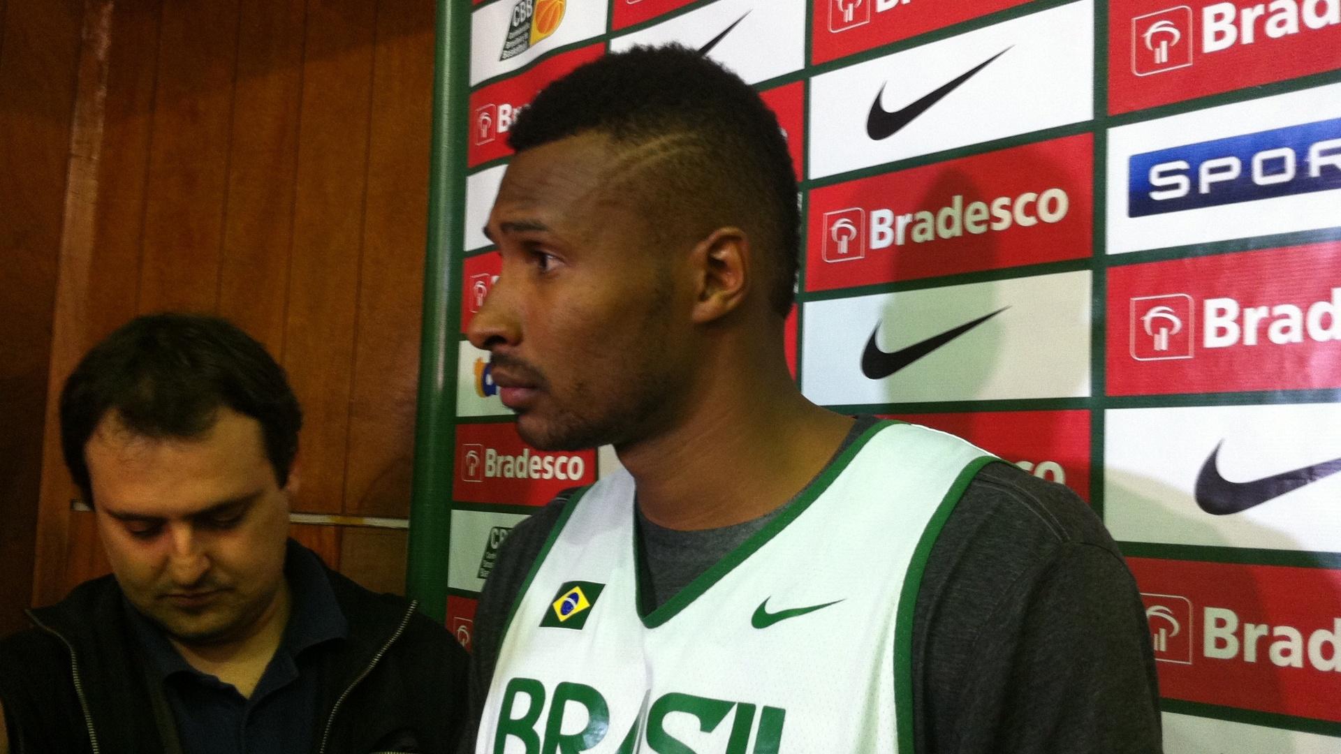24.jul.2014 - Leandrinho concede entrevista coletiva após treino da seleção brasileira para o Mundial
