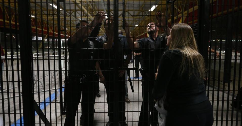 Torcedora do Corinthians dá de cara com o portão na estação de metrô após jogo no Itaquerão