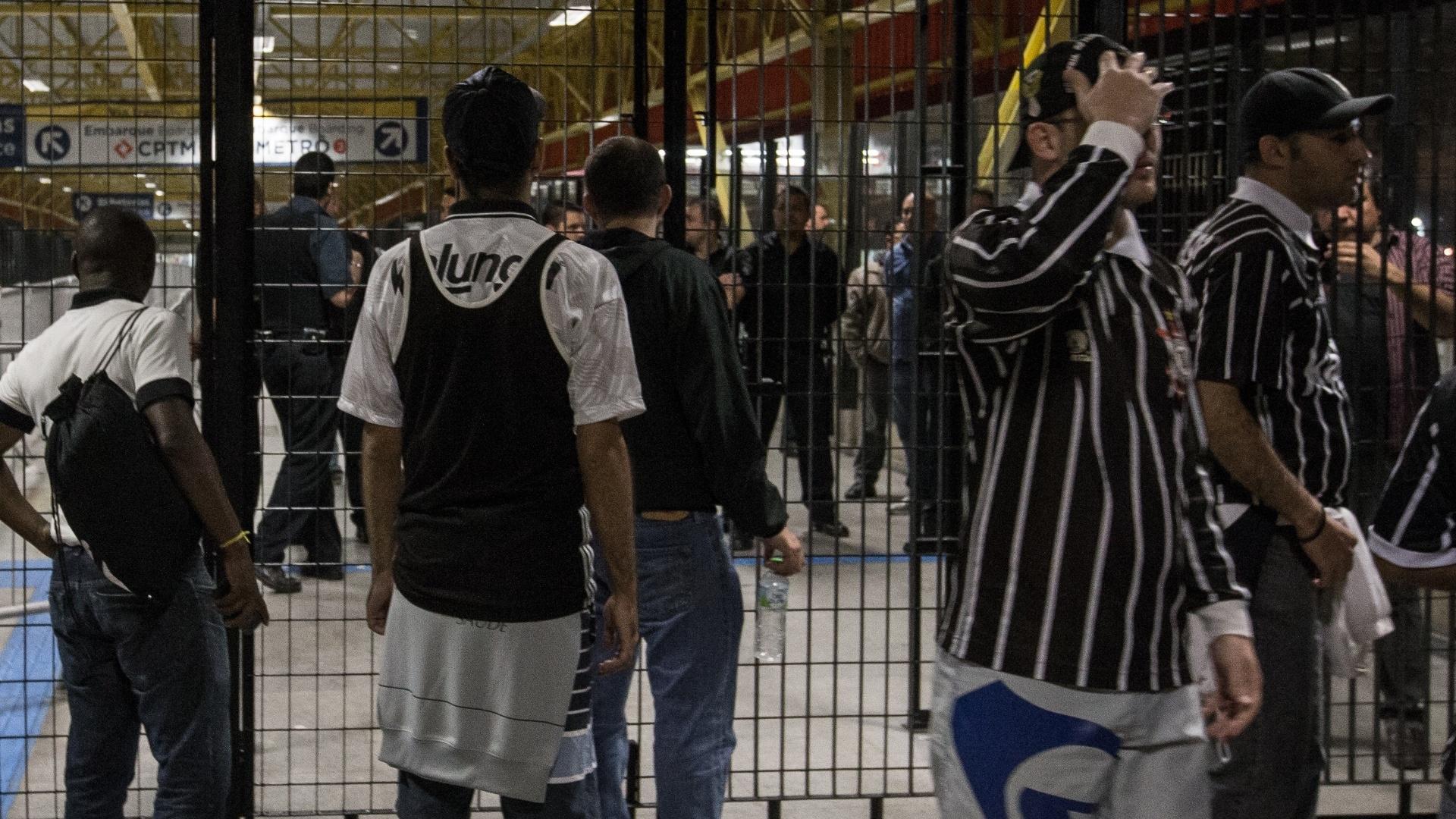 Torcedores do Corinthians não conseguem entrar na estação de metrô após jogo do time no Itaquerão