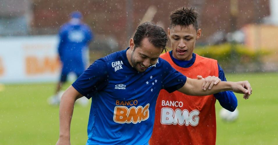 25 jul 2014 - Meia Everton Ribeiro treina sob chuva na Toca da Raposa II, nesta sexta-feira, na véspera do jogo com Figueirense