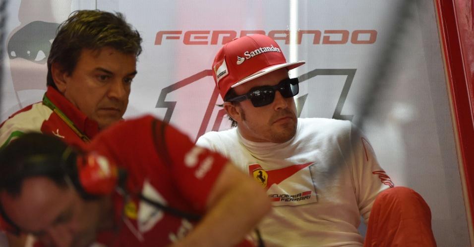 25.jul.2014 - Espanhol Fernando Alonso, da Ferrari, observa a primeira sessão de treinos livres para o GP da Hungria
