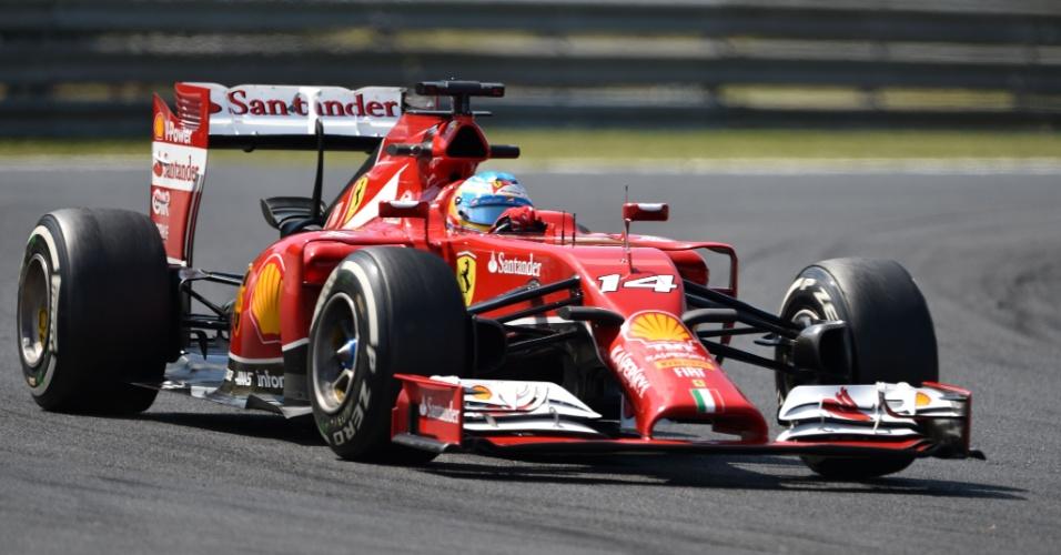 25.jul.2014 - Fernando Alonso conduz a sua Ferrari durante os treinos livres do GP da Hungria